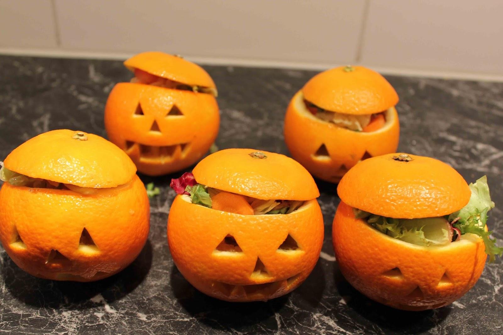Apelsin-portionsskålar med sallad till Halloween