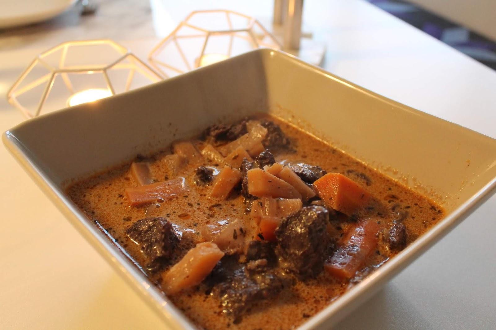 Köttgryta med rotsaker och rödvin