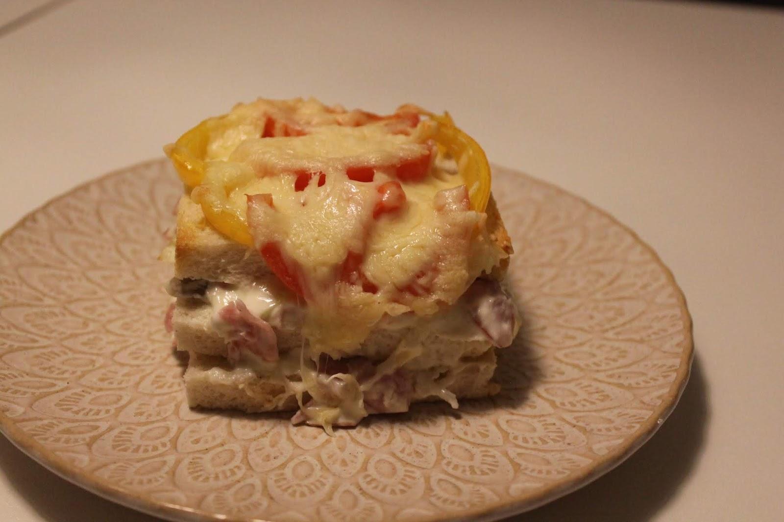 Varm smörgåstårta med skinka, purjo och champinjoner