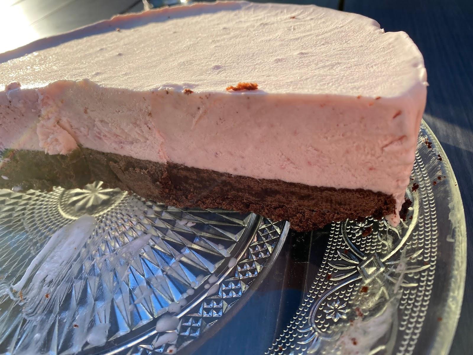 Glasstårta med kladdkakebotten och jordgubbar – Äggfri