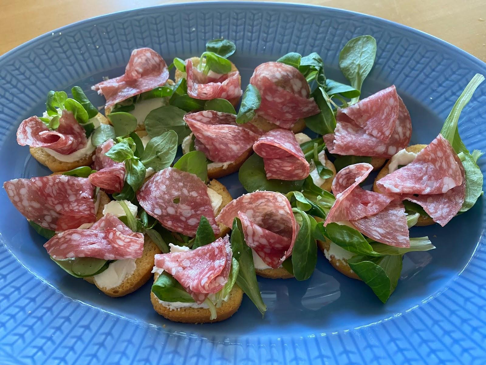 Crostini med färskost och salami