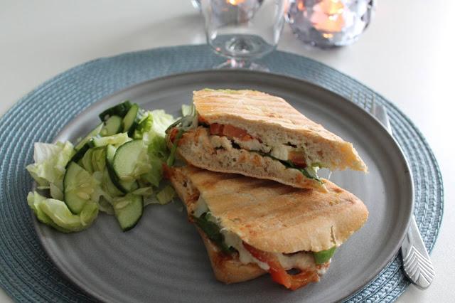 Grillad ciabatta med pesto, avokado och mozzarella